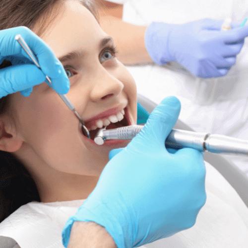 Kind beim zahnarzt in behandlung Düsseldorf
